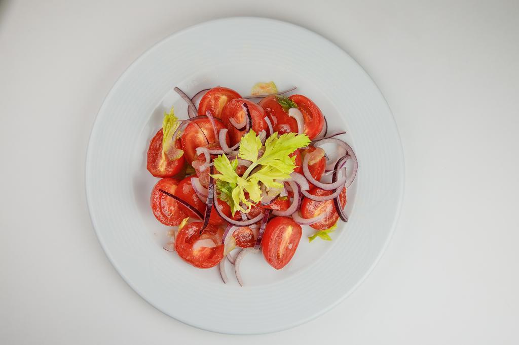 Витаминный салат из сладких помидоров с сельдереем
